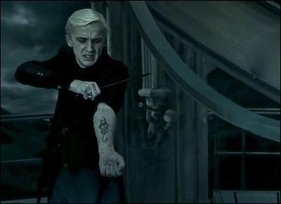 Cet affrontement trouve son origine dès la fin de  Harry Potter à l'Ordre du Phénix , après l'échec de la Bataille du Département des mystères, au cours de laquelle les Mangemorts ne sont pas parvenus à récupérer la prophétie. Quelle décision prend alors Lord Voldemort pour punir Lucius Malefoy de ne pas avoir pu s'emparer de cette prophétie ?