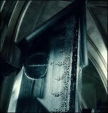 La sixième année scolaire de Harry Potter commence alors à Poudlard. Harry Potter a des soupçons sur Drago Malefoy. Ce dernier semble d'ailleurs préoccupé par des objets curieux appelés Armoires à disparaître. Ces armoires sont jumelles et forment un passage. Dans  Harry Potter et le Prince de Sang-Mêlé , quels sont les lieux dans lesquels se trouvent ces deux armoires ?