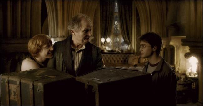 Au cours des fêtes de Noël, Drago Malefoy place à nouveau Madame Rosmerta sous le Sortilège de l'Imperium. Elle envoie une bouteille d'hydromel à Horace Slughorn afin que ce dernier l'offre à Albus Dumbledore. Le plan échoue lorsqu'une nuit, Horace Slughorn propose un verre à Harry Potter et Ron Weasley. Premier à boire, Ron Weasley s'effondre sur le sol. Comment Harry Potter va-t-il le sauver ?