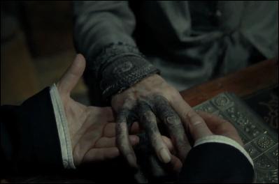 Perspicace, Albus Dumbledore commence à comprendre que quelqu'un en veut à sa vie. Parallèlement, le directeur de Poudlard est victime d'un maléfice très puissant. En voulant détruire quel horcruxe avec l'épée de Gryffondor, aspergée de venin de basilic, Albus Dumbledore reçoit-il ce maléfice ?