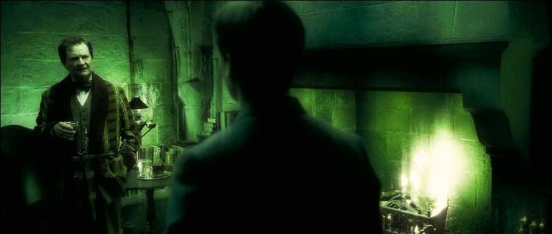 Par la suite, Albus Dumbledore convie Harry Potter a des cours privés où il lui montre des souvenirs appartenant à Lord Voldemort. Dans un souvenir de Tom Elvis Jedusor, alors étudiant à Poudlard, récupéré au forceps par Harry Potter auprès de Horace Slughorn, quel mot conditionne l'ensemble des événements qui suivront dans la saga ?