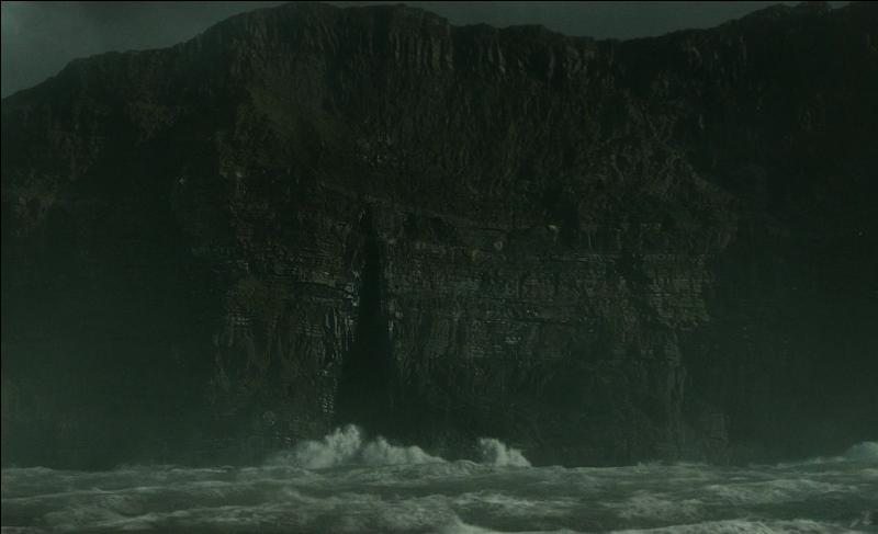 Suite à cette révélation, Albus Dumbledore déclare à Harry Potter qu'il aurait peut être localisé un autre horcruxe de Lord Voldemort. Cet horcruxe a été caché dans une sombre caverne de cristaux. Au large de quel pays cette caverne, bordée par une mer déchaînée, se trouve-t-elle ?