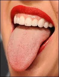Zozoter, c'est avoir --- cheveu (x) sur la langue.
