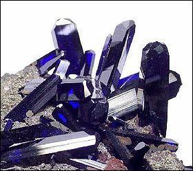 Autrefois les pigments bleus étaient difficiles à fabriquer et à maîtriser, ils furent longtemps rares et c'était la couleur la plus chère. Le premier pigment bleu a été obtenu à partir de l'azurite, un minéral naturel (carbonate de cuivre). Qui a fait cette formidable découverte ?