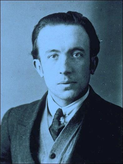 Pour le poète Paul Eluard  La Terre est bleue comme ...