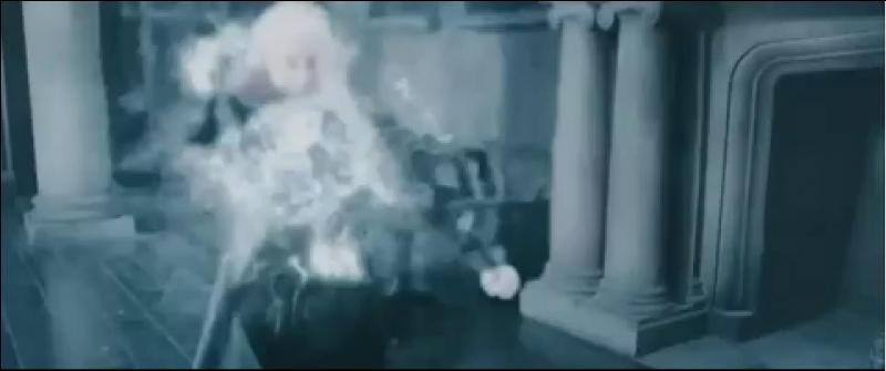 Harry Potter et Ron Weasley remontent dans le salon du manoir des Malefoy. Les Mangemorts comprennent alors que la personne victime du maléfice Cuisant était bien Harry Potter. Ron Weasley attaque le premier et désarme Bellatrix Lestrange. Harry Potter lance le Sortilège de Stupéfixion sur Lucius Malefoy qui ne peut riposter. Pour quelle raison Lucius Malefoy était-il désarmé ?