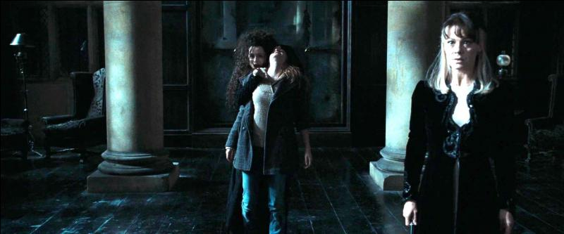 Suite à cette altercation, Bellatrix Lestrange tente de rééquilibrer la situation comme elle peut en prenant Hermione Granger en otage. Décidée à livrer Harry Potter à Lord Voldemort, avec quelle arme Bellatrix Lestrange menace-t-elle Hermione Granger ?