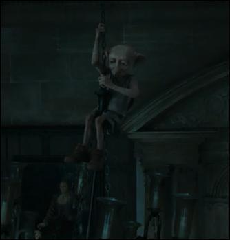 Au même moment, Dobby, qui avait été quelque peu oublié par le personnel du manoir des Malefoy, intervient pour renverser la situation à l'avantage de Harry Potter et de ses amis. Dans quel morceau de bravoure l'elfe de maison se lance-t-il alors ?