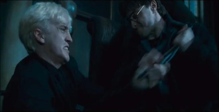 Dans la confusion, toute la famille Malefoy tente de se protéger. Harry Potter lance une fronde sur Drago Malefoy et le désarme en lui prenant sa baguette magique. Il vient de devenir sans le savoir le maître de la Baguette de Sureau. Quel sorcier fut le premier détenteur de la Baguette de Sureau ?