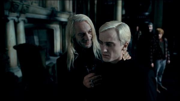 Une fois les sorciers arrivés au manoir des Malefoy, la Mangemort Bellatrix Lestrange cherche à savoir si la personne en question est bien Harry Potter. Lucius Malefoy s'apprête à appeler le Seigneur des Ténèbres mais il lui faut être sûr qu'il s'agit bien du bon sorcier. Quelle personne est chargée d'identifier si le sorcier en question est bien Harry Potter ou non ?