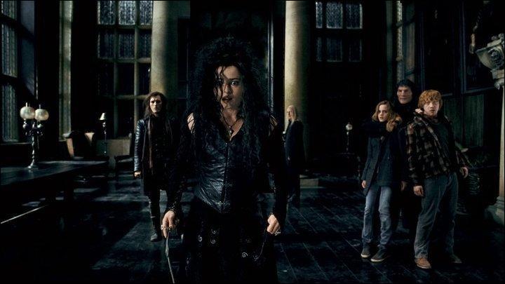 Alors que le doute plane toujours sur l'identité de Harry Potter, Bellatrix Lestrange perd soudainement son sourire lorsqu'elle aperçoit un objet sacré dans les mains d'un des membres de la milice qui a trouvé Harry Potter et ses amis. De quel objet s'agit-il ?