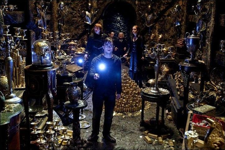 Complètement déroutée à la vue de cette relique sacrée, Bellatrix Lestrange entre dans un état second proche de l'hystérie. Conformément à ce que Severus Rogue était censé faire, où aurait dû se trouver l'objet sacré en question ?
