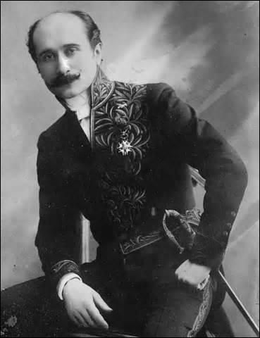 Pièce de théâtre portant mon nom, je suis la plus célèbre d'Edmond Rostand (1868-1918). Interprétée pour la première fois le 28 décembre 1897, elle est jouée en 5 actes. S'inspirant très librement d'un personnage ayant existé (Hercule Savinien Cyrano : 1619-1655). Pièce de théâtre très longue et dure à jouer, écrite en alexandrins. Je reste dans l'histoire pour mon nez proéminent, je me nomme :