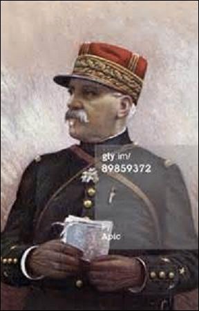 Né vicomte, le 24 décembre 1851 à Saint-Affrique (Aveyron), promu général de division le 21 décembre 1909, devenus chef d'état-major de Joffre de 1911 à 1914, j'aide à l'élaboration du  Plan stratégique n° XVII  destiné à reprendre l'Alsace-Lorraine. Dirigeant en juin 1915 l'offensive de Champagne qui fait 25 000 prisonniers, je décède à Monstraluc-la-Conseillère (Haute-Garonne) le 19 mars 1944 :