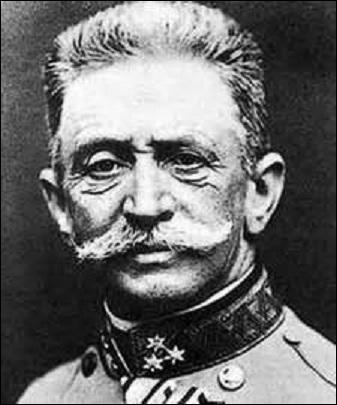 Baron, puis comte, né près de Vienne en 1852, je deviens maréchal de l'armée royale et impériale de 1906 à 1918. Chef d'état-major, je lance sans concertation avec la Prusse une offensive au printemps 1916 en Italie qui s'enlise et n'apportera pratiquement rien. Face à mes échecs répétés le nouvel empereur me mute comme commandant à l'arrière dans la Garde impériale. Décédé en 1925, je suis :