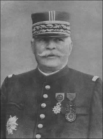 Né à Rivesaltes en 1852 (Pyrénées-Orientales), je contribue à la victoire de la bataille de la Marne, je stabilise aussi le front du nord. Nommé maréchal de France en 1916. Je reste dans l'histoire comme un des militaires les plus controversés du XXe siècle, à cause de ma stratégie de l'offensive à outrance, qui se révélera coûteuse en vie. Élu académicien en 1918, je décède à Paris en 1931 :