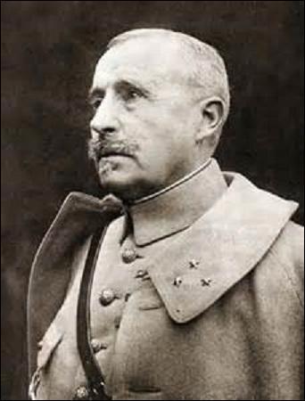 Né en 1856, général de division, je succède à Pétain le 19 avril 1916 dans la défense de Verdun. Reprenant les forts de Douaumont et de Vaux, je deviens le 25 décembre 1916 commandant en chef des armées. Surnommé «le boucher» par les soldats, je suis déchu de mon commandement suite à mes échecs répétés et d'un début de mutinerie. Remplacé par Pétain en mars 1917, je m'éteins en 1924 :