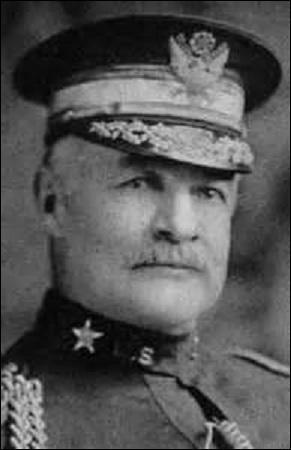 Général américain, né le 21 mars 1857 à Reading (Pennsylvanie), je commande pendant la Grande Guerre la 1er division d'infanterie puis le 1e corps d'Armée en 1917. Passant commandant en 1918 de la 1er armée américaine, je prends part à  l'offensive Meuse-Argonne . Je m'éteins le 30 décembre 1935 à San Francisco, je me nomme :