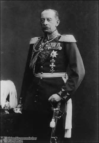 Comte, né en 1833 à Berlin, j'entre dans l'armée en 1854. Participant notamment à la guerre austro-prussienne de 1866, je deviens après une carrière bien remplie, général en 1903. Présentant en 1905 un plan offensif présupposant une prochaine guerre contre la France, ce dernier sera mis en place sous mon nom en 1914. Passé Generalfeldmarschall en 1911, je meurs le 4 janvier 1913, je m'appelle :