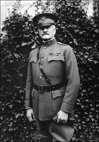 Né dans le Missouri en 1860, général des armées des États-Unis, j'entre en guerre en 1917, à la tête d'une armée non structurée. Devant m'adapter avec cette contrainte de former mes troupes et celle des alliés qui nous poussent à aller au front, j'arrive tout de même à participer à de nombreux combats, faisant ainsi basculer la guerre dans notre camp. Décédé en 1948, je me nomme :