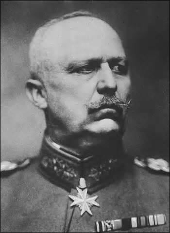 Né en 1865, général prussien et politicien, je deviens de 1916 à 1918 général en chef des armées allemande. Victorieux de la bataille de Tannenberg (26 au 30 août 1914) face aux troupes impériales russes, je fais l'apologie de la guerre totale en utilisant à outrance ma flotte sous-marine. Devenu après guerre homme politique, proche du mouvement national-socialiste, je meurs en Bavière en 1937 :