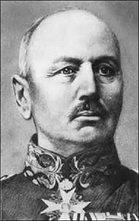 Né en 1846, général allemand, je commande en 1914 la 1e armée sur la puissante  aile droite . Combattant notamment les Anglais à la Bataille de Mons et à celle du Câteau, je subis une contre-attaque du général Joffre le 5 septembre à la Bataille de la Marne. Devant battre en retraite, je suis remplacé le 12 décembre. Grièvement blessés à la jambe en 1915, retraité en 1916, je décède en 1934 :