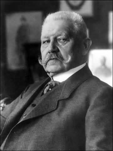 Né en 1847 à Posen (Pologne), je deviens général en 1897 et maréchal en 1914. Vainqueur de la Bataille de Tannenberg contre les Russes en 1914, je suis nommé chef du grand état-major de l'Armée impériale de 1916 à 1918. Devenu en avril 1925 président du Reich, réélu en 1932, je me vois contraint de nommer Hitler chancelier en 1933 et lui laisse les pleins pouvoirs à mon décès en août 1934 :