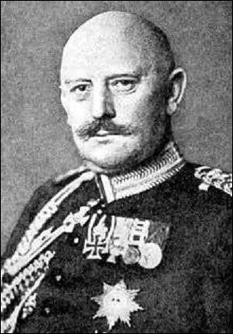 Je nais à Gersdorf en 1848. Devenu général en 1902, je sers comme chef du grand état-major général de l'armée allemande de 1906 à 1914. Assurant le commandement pendant les 6 premières semaines du conflit, je suis remplacé, accusé d'être un des responsables de la défaite de la 1er Bataille de la Marne ainsi que des exactions sur la population belge lors de son envahissement. Je décède en 1916 :