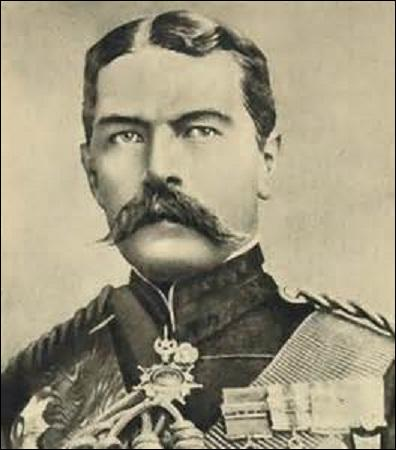Né en Irlande en 1850, maréchal, je deviens en août 1914 ministre de la Guerre. En peu de temps, je fais passer l'armée britannique de 150 000 hommes à 1, 5 million de soldats. Responsable de l'échec de la  campagne de Gallipoli  (25 avril 1915 - 9 janvier 1916), me brouillant avec les politiques, je suis destitué de mon ministère. Je meurs dans un naufrage le 5 juin 1916 en heurtant une mine :