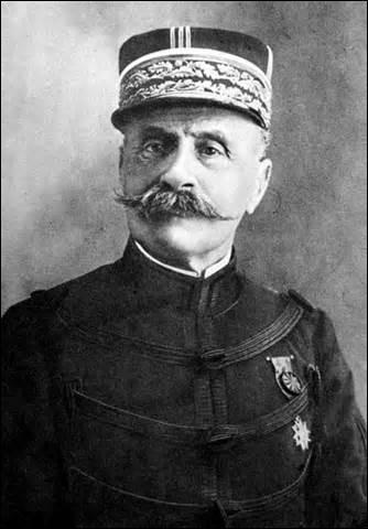 Maréchal de France, de Grande-Bretagne et de Pologne, né en 1851, commandant en chef des forces alliées sur le front de l'Ouest, adepte de l'offensive comme celle de la Somme en 1916, échecs cuisants qui me vaudra une disgrâce provisoire. Revenu au premier plan grâce à Georges Clemenceau, je fais partie des signataires de l'armistice le 11 novembre 1918 et de la paix en 1919, je meurs en 1929 :