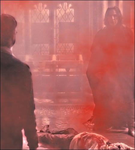 Dans le livre, les robinets fuient, l'atmosphère est lourde, dense, chaude, humide, Mimi crie « AU MEURTRE ! MEURTRE DANS LES TOILETTES ! AU MEURTRE ! », Rogue arrive, écarte brutalement Harry, et...