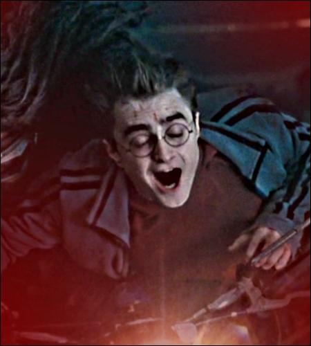 Comment Harry fait-il pour se couper, au début du septième tome ?
