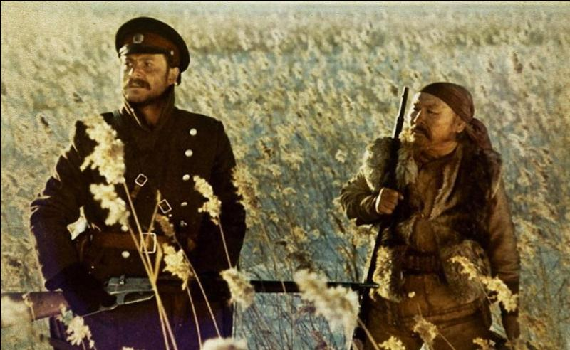 Dersou Uzala (1975) : une histoire d'amitié entre un géologue militaire russe et un trappeur sibérien animiste. D'après un récit biographique de Vladimir Arseniev, un des chefs d'oeuvres d'Akira Kurosawa, avec ...