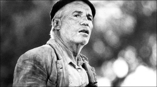 Los santos inocentes  (1984) montre l'aristocratie espagnole se comporter en maître dans l'Extremadure d'après Franco. Francisco Rabal y est tout simplement fabuleux. Un film de ...