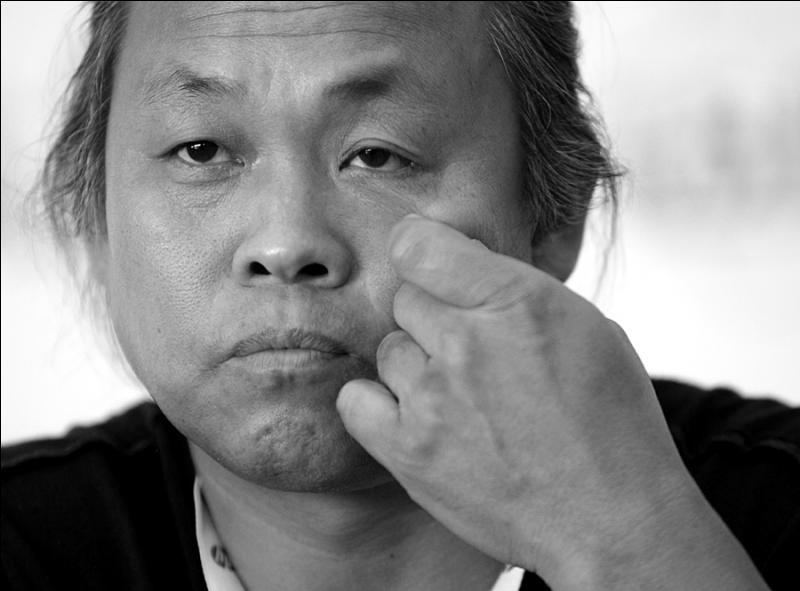 L'île  (2000) est un film coréen sans karaté. Des scènes assez crues qui, chaque fois que vous glisserez vers l'irréel, vous ramèneront à une cruelle réalité. Le réalisateur en est ...