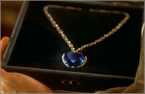 Comment s'appelle le collier offert à Rose par son fiancé ?