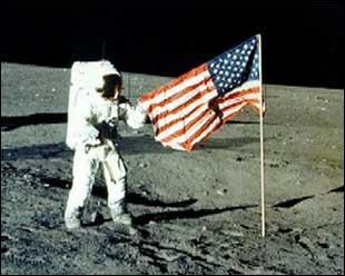 Je suis le premier homme a avoir marché sur la Lune. Mes paroles célèbres sont :  C'est un petit pas pour l'homme mais un bond de géant pour l'humanité.