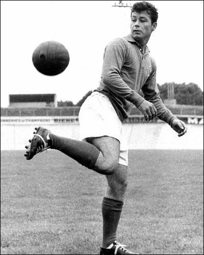 Est-ce que  Just Fontaine , footballeur mythique dont le records de buts marqués en Coupe du Monde tient toujours, est toujours de ce monde (28 mars 2014) ?