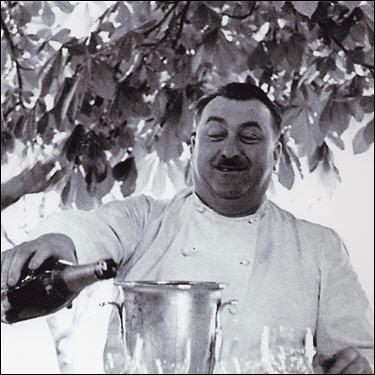 Pionnier de la gastronomie française, il fut le premier à obtenir 3* au Michelin en 1933, décédé en 1955, son restaurant  La pyramide  à Vienne existe toujours, quel est ce grand chef ?