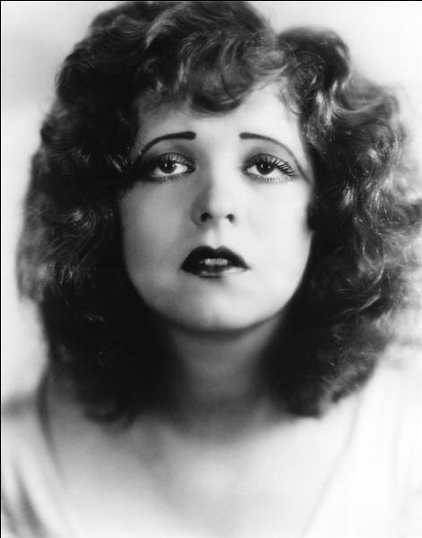 Elle fut une grande actrice très célèbre du muet, cette new-yorkaise de Brooklyn, qui a été toute sa vie l'objet de scandales. Est-ce le maquillage de l'époque, ou pas, elle a le regard triste alors qu'elle était la star de toutes les comédies. C'est ?