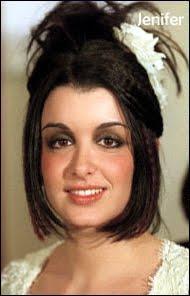 On ne sait pas si le maquillage, l'effet des spotlights qui surchauffent, ou si c'est avant un peu d'ajoût esthétique pour donner un coup de peps à ce regard triste, mais qui est cette célébrité à ses débuts ?
