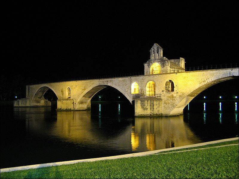 Pont Saint-Bénézet sur le Rhône. Pont en pierre, en arc !