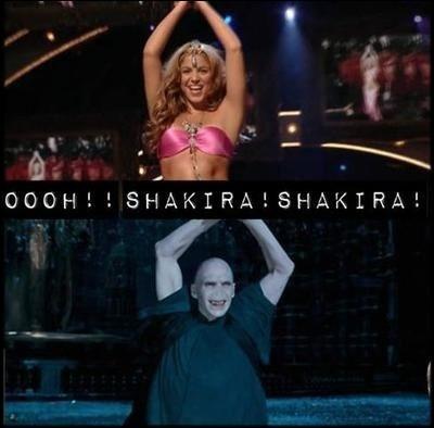 Décidément, Voldemort est fan de Shakira ! Les voici tous les deux en train de danser dans un autre clip, la chanson en question étant :