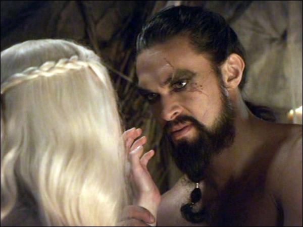 Vrai ou faux. Le Khal Drogo est violemment tué par une vieille femme qu'avait sauvée Daenerys Targaryen.