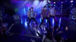 Le groupe des garçons a composé plusieurs chansons dont une interprétée au dernier spectacle de la saison 2, laquelle ?