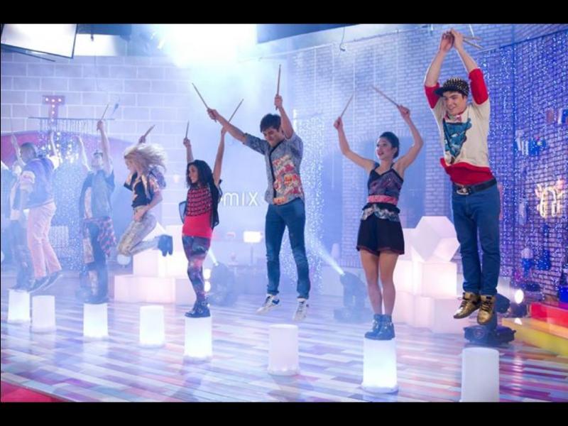 Dans la saison 2, comment se renomme l'école de chant et de danse de Violetta ?