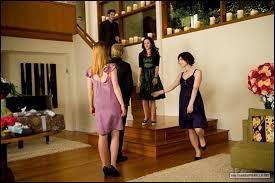 Quelles décorations remplissent le salon des Cullen pour l'anniversaire de Bella ?