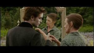 Dans les rêves de Bella, qui est la vieille dame aux cheveux gris ?