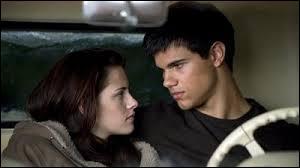 Lorsque Bella se blottit contre Jacob pour se réchauffer, que lui dit-il ?
