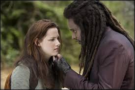 Que dit Bella à l'apparition d'Edward lorsque Laurent est prêt à l'attaquer ?